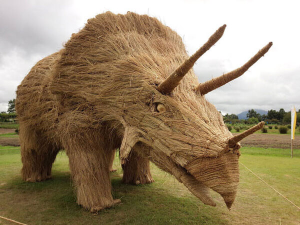 amazing dinosaur sculptures from straw 10