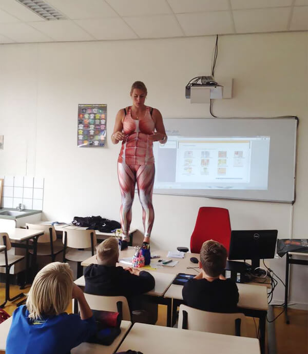 Biology Teacher teach about human body 4