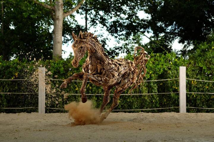 Stunning Sculptures Of Moving Animals 10