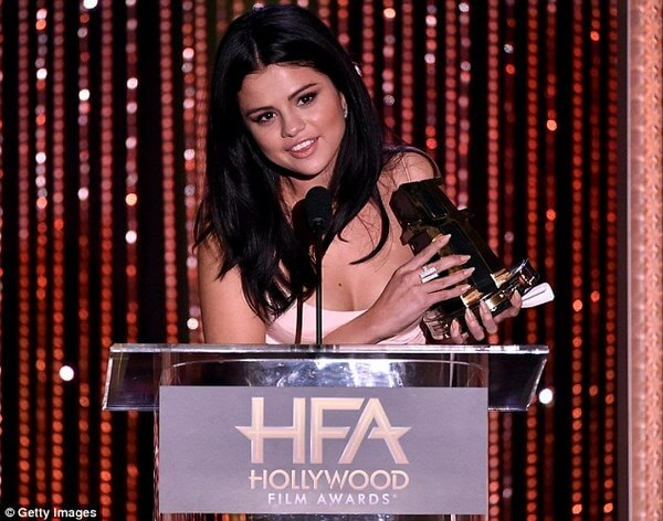 Selena Gomez Heartwarming Introduction Of Amy Schumer 2