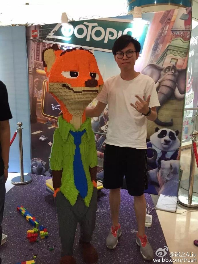 kid breaks 15000 lego sculpture 5