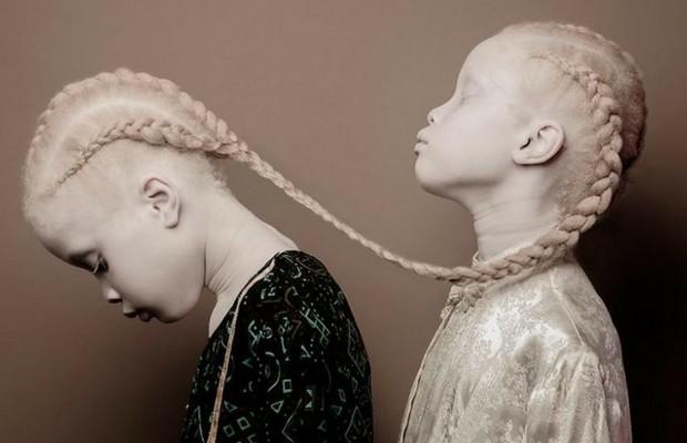 lara and mara twin models feat
