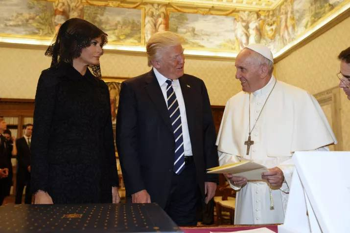 donald trump pope francis awkward photo 13