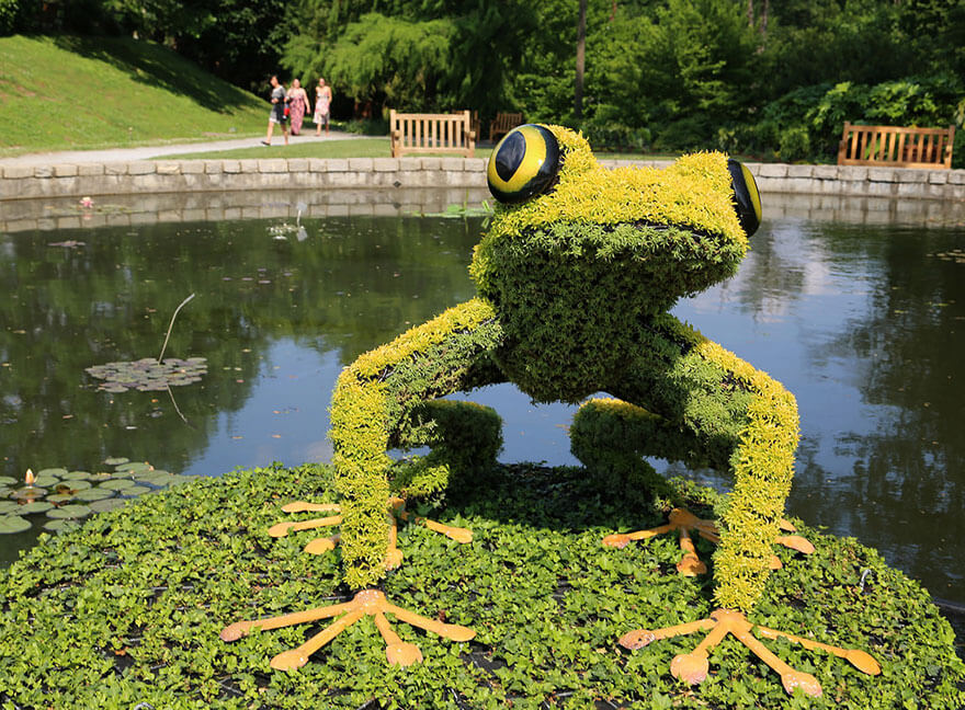 this botanical garden features a 14-foot topiary dragon 2