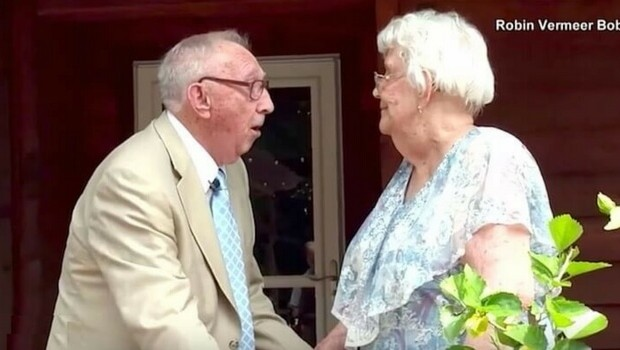 90 year old man serenades his wife feat (1)