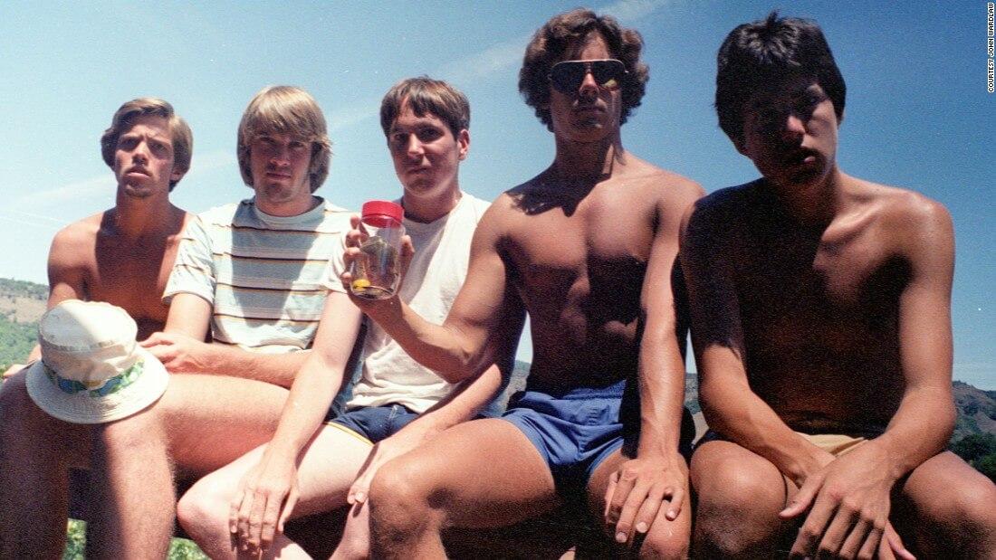 five friends take same photo 35 years 1
