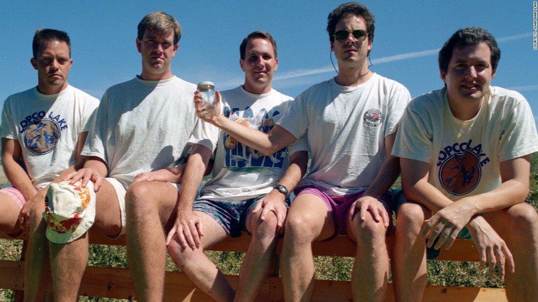 five friends take same photo 35 years 4