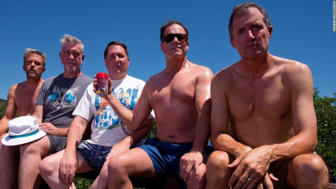 five friends take same photo 35 years 8