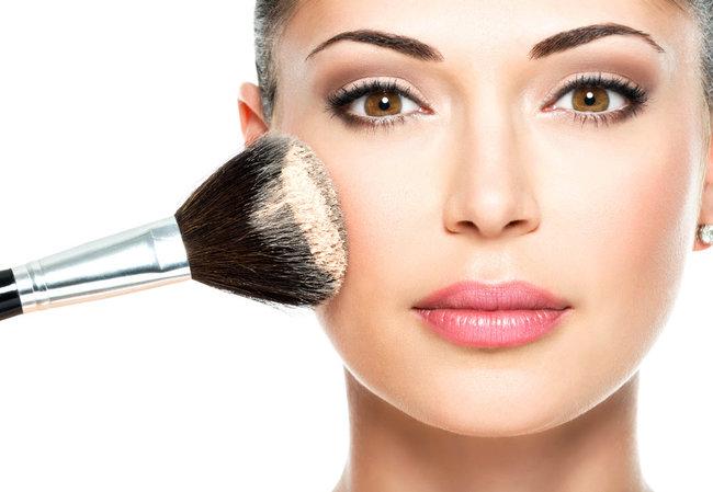 rsz_applying-powder-to-face