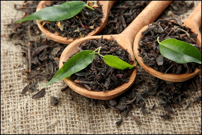 rsz_dry-black-tea-with-green-leaves-in-wooden-spoons