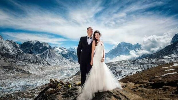 couple gets married on mount everest feat (1)