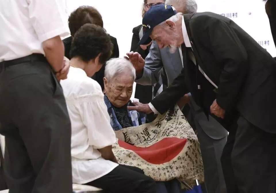 ww2_veteran_returns_japan_flag_to_dead_soldier_fam (2) (1)