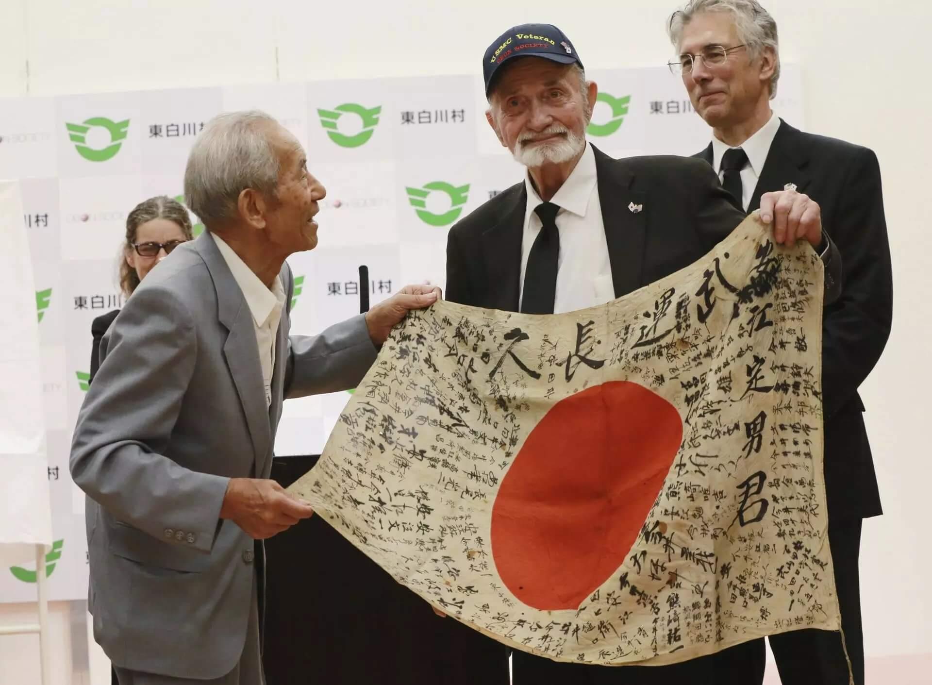 ww2_veteran_returns_japan_flag_to_dead_soldier_fam (3)