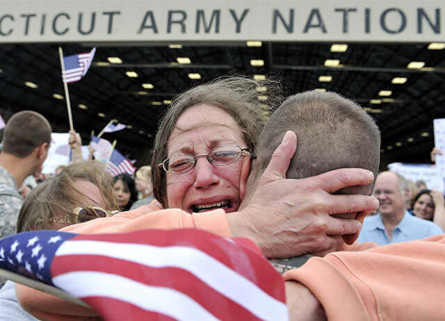 Touching Photos Of Soldiers Returning Home From War 23 (1)