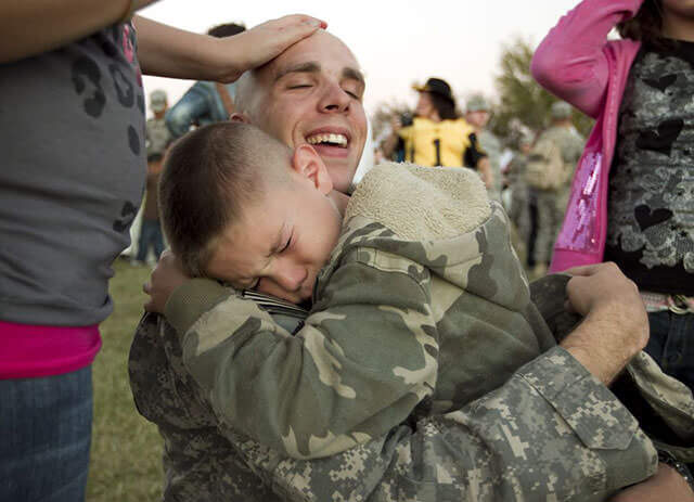 Touching images Of Soldiers Returning Home From War 9 (1)