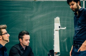 robotic arm that can translate speech into sign language feat (1)