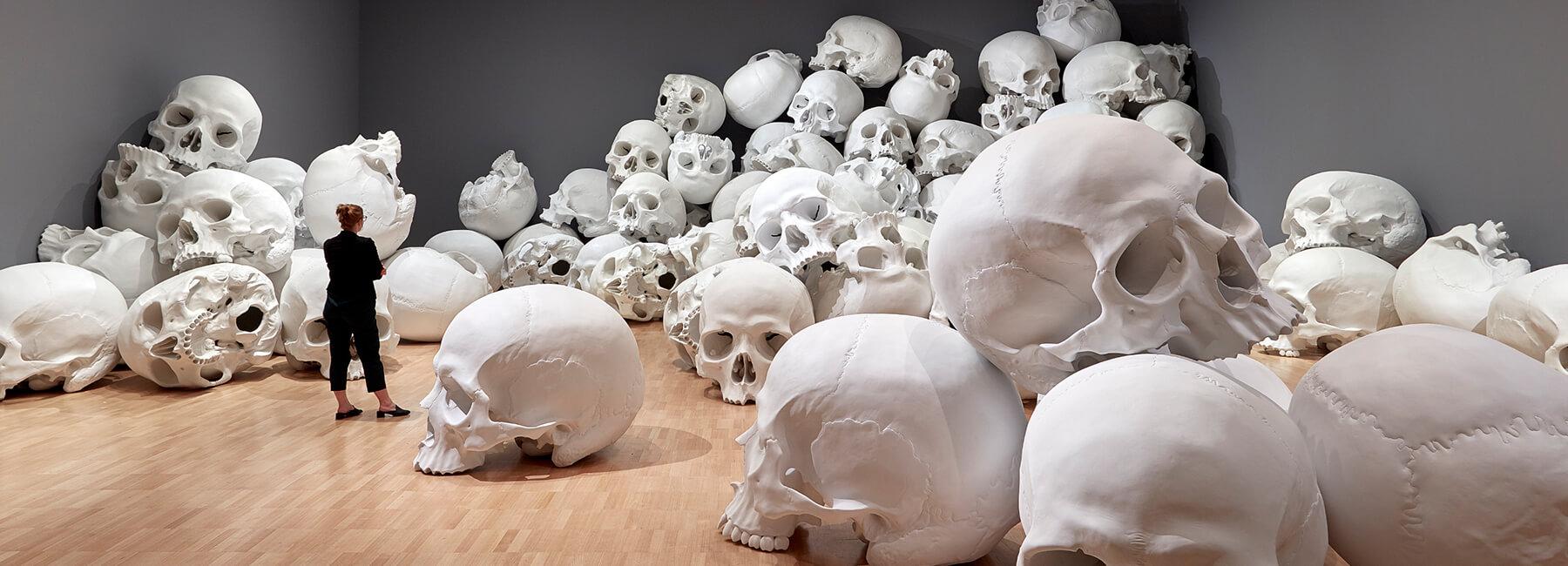 ron mueck huge skulls 1 (1)