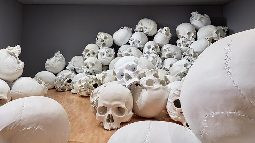 ron mueck huge skulls 3 (1)