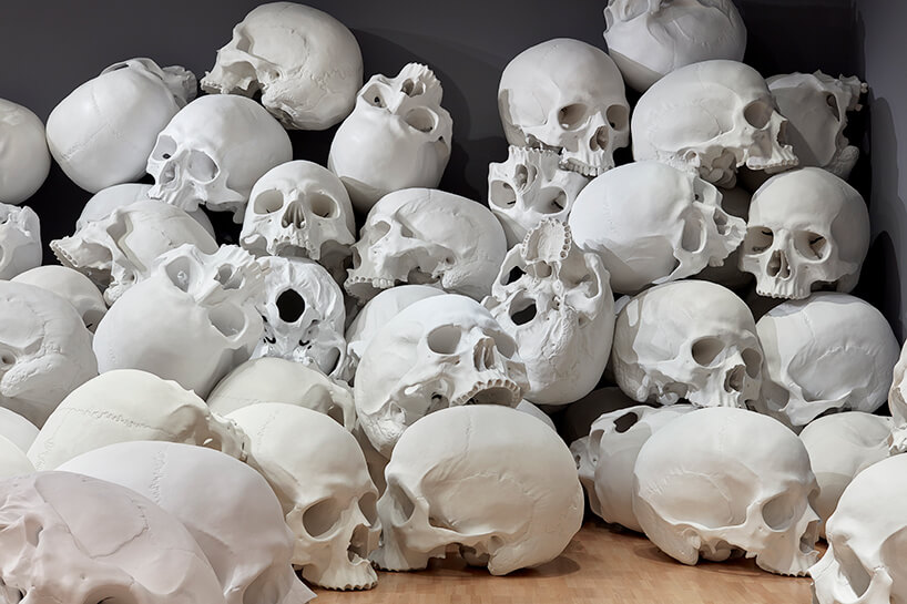 ron mueck huge skulls 4 (1)