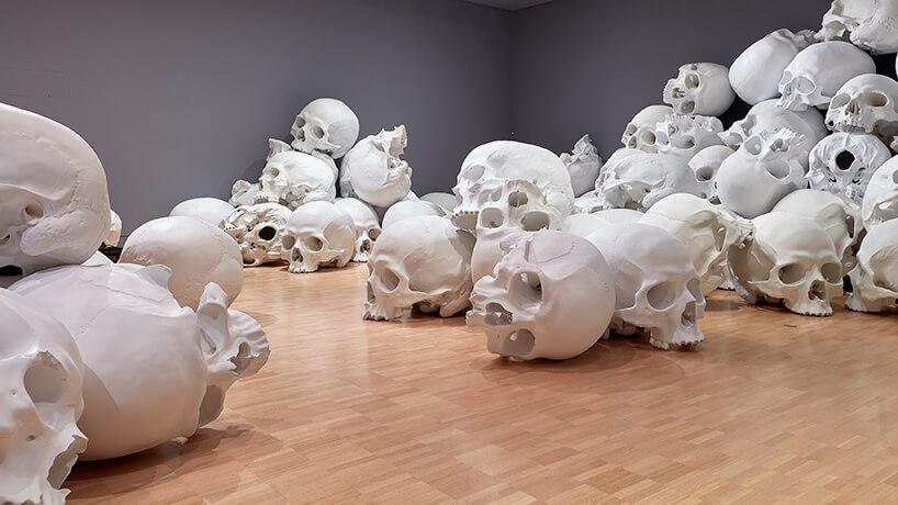 ron mueck huge skulls 8 (1)