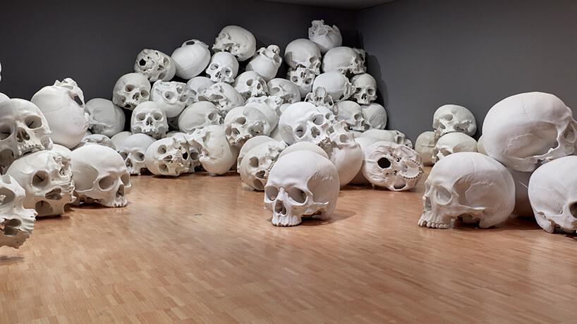 ron mueck huge skulls 9 (1)