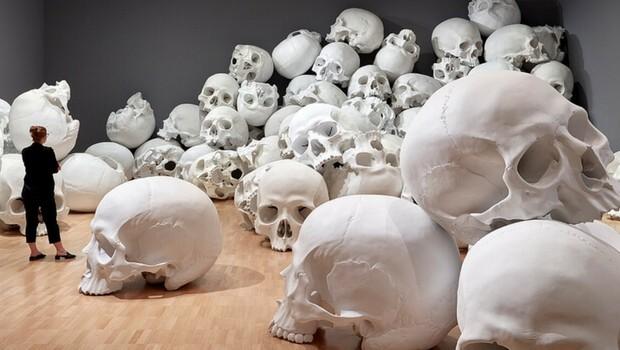 ron mueck huge skulls feat (1)