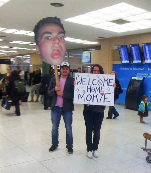 29 Funny Airport Pick Up Signs That Are So Embarrassing