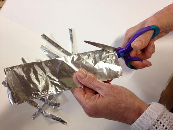 life-hacks-aluminium-foil-sharpens-scissors