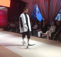 cat-steals-the-fashion-show2